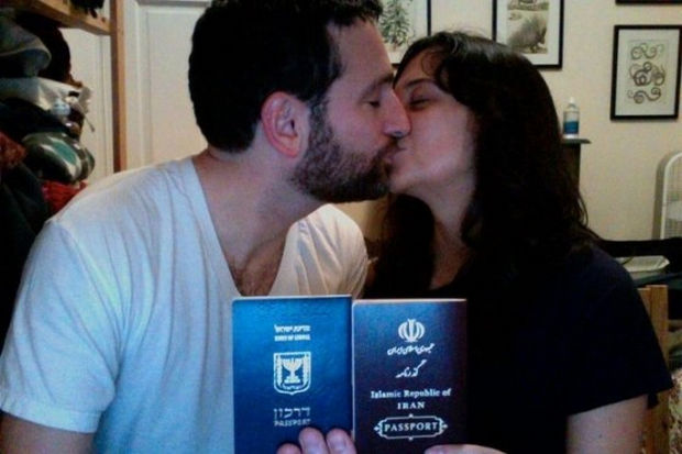 16 Heartwarming Pictures That Will Warm Your Heart - An Israeli-Iranian couple that demonstrates nothing can stop love.