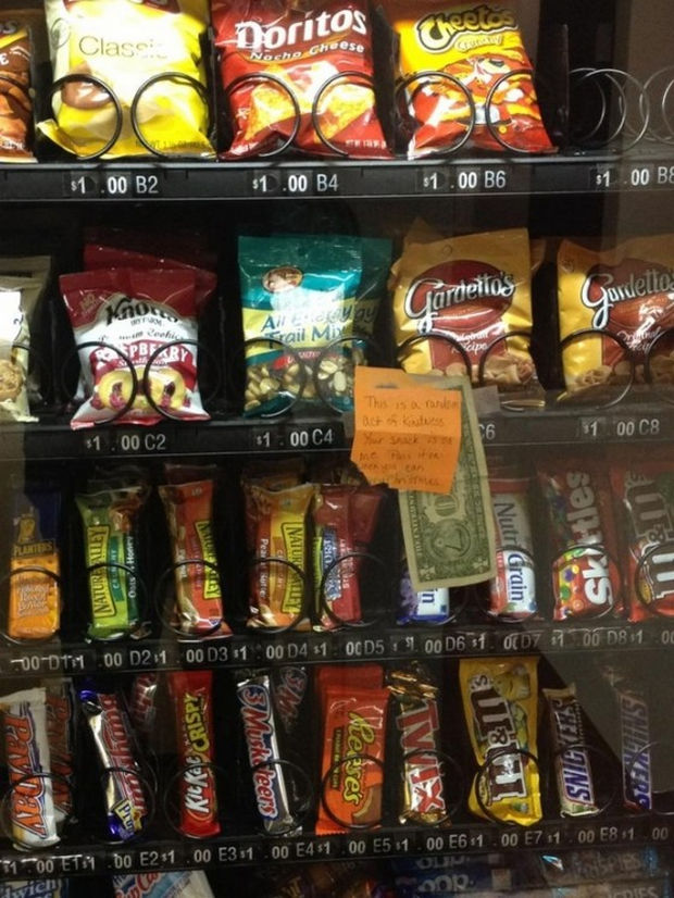 16 Heartwarming Pictures That Will Warm Your Heart - A thoughtful persona left a dollar to buy a snack at this vending machine.