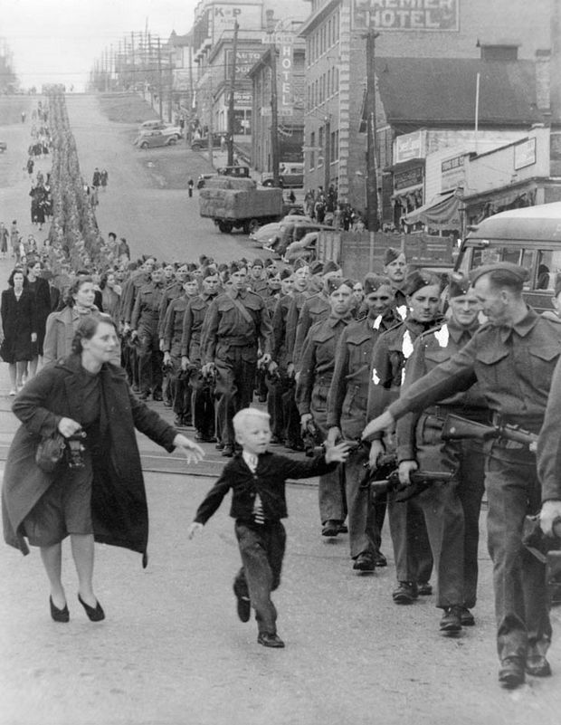 "29 Powerful Pictures - Warren ""Whitey"" Bernard runs to his father, Private Jack Bernard, in one of the most famous war photos titled ""Wait For Me, Daddy""."