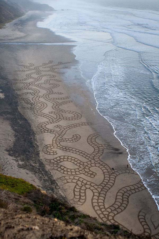 Andre Amador Creates Sand Drawings - Some sand drawings stretch for thousands of feet.