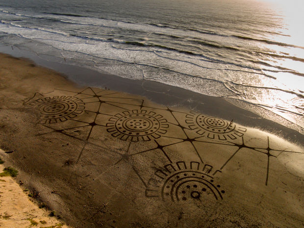 Andre Amador Creates Sand Drawings - Here are more of Amador's creations...gears.
