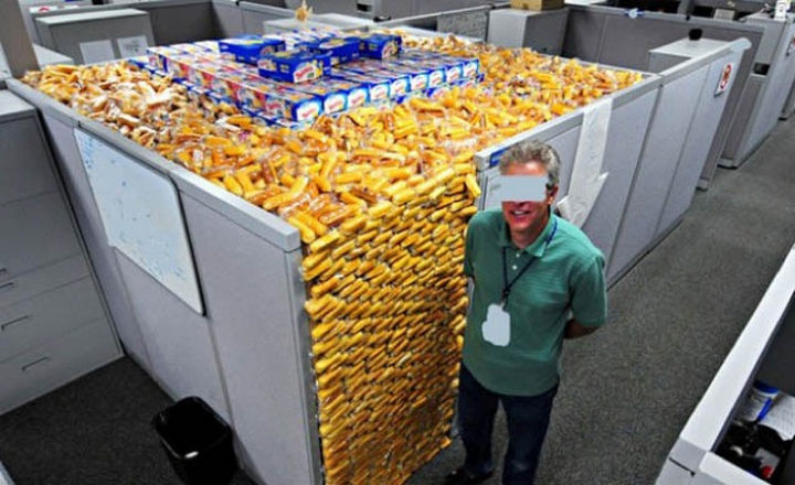 25 Office Pranks - A cubicle full of Twinkies. Yes, please.