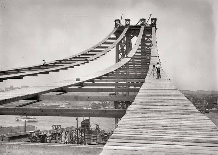 Early construction of the Manhattan Bridge in 1908.