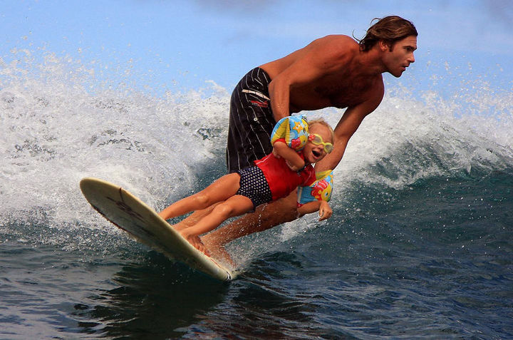 16 Super Dads Are Heroes to Their Kids - Having a day at the beach with his daughter.