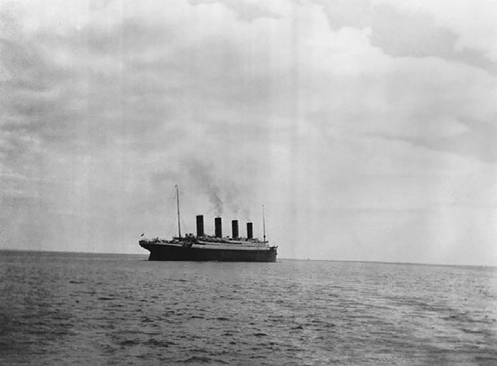 21 Historical Photos - The last known photo of the Titanic on the surface of the ocean, 1912.