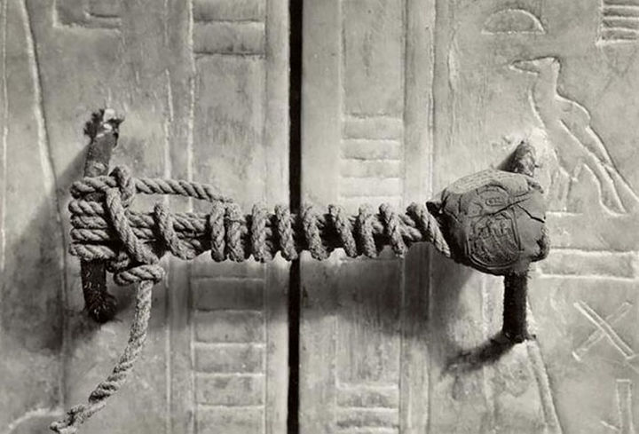 21 Historical Photos - Untouched for 3,245 years, the unbroken seal on Tutankhamun's tomb, 1922.