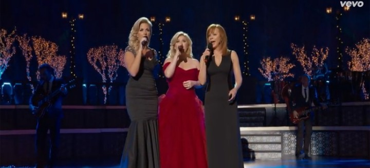 Kelly Clarkson Sings 'Silent Night' with Trisha Yearwood and Reba McEntire.
