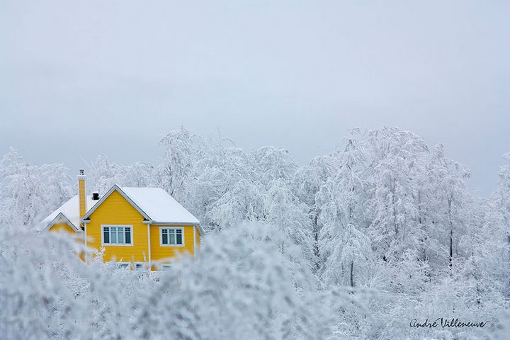 22 Cozy Houses in a Winter Paradise - The warmth of yellow in a beautiful frozen landscape.