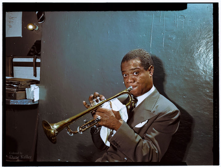 58 Colorized Photos from the Past - Louis Armstrong practicing in his dressing room, 1946.