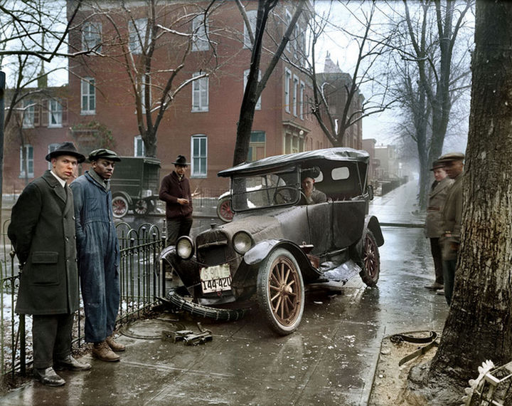 58 Colorized Photos from the Past - A car crash in Washington D.C., 1921.