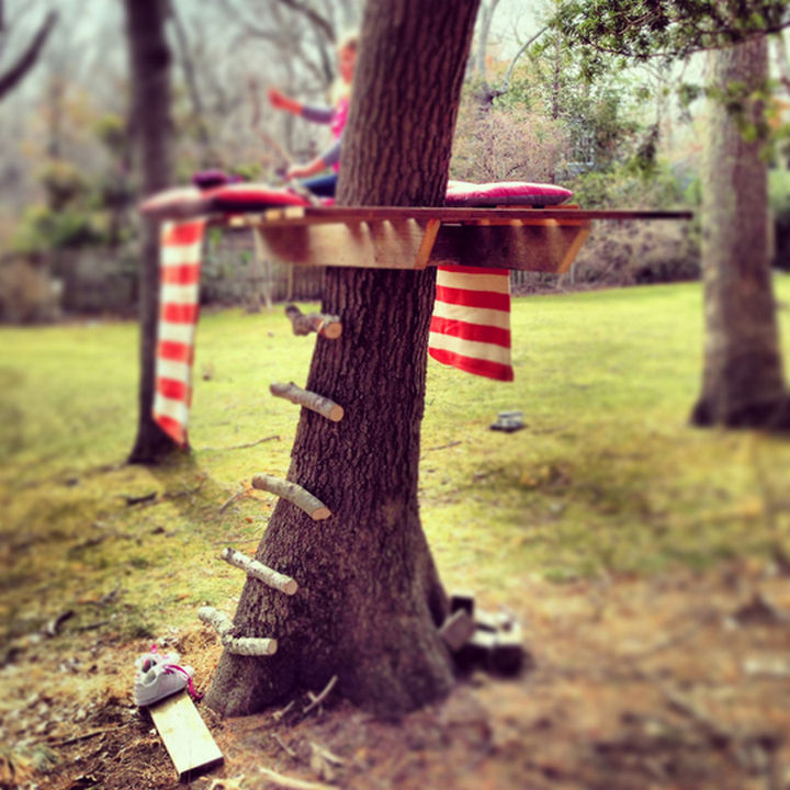 34 DIY Backyard Ideas for the Summer - Build a simple treehouse for the kids or for adults!