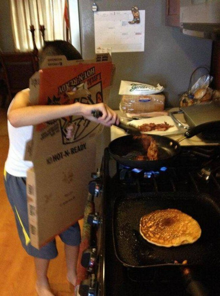 51 Crazy Life Hacks - Turn a greasy pizza box into a grease splatter shield.