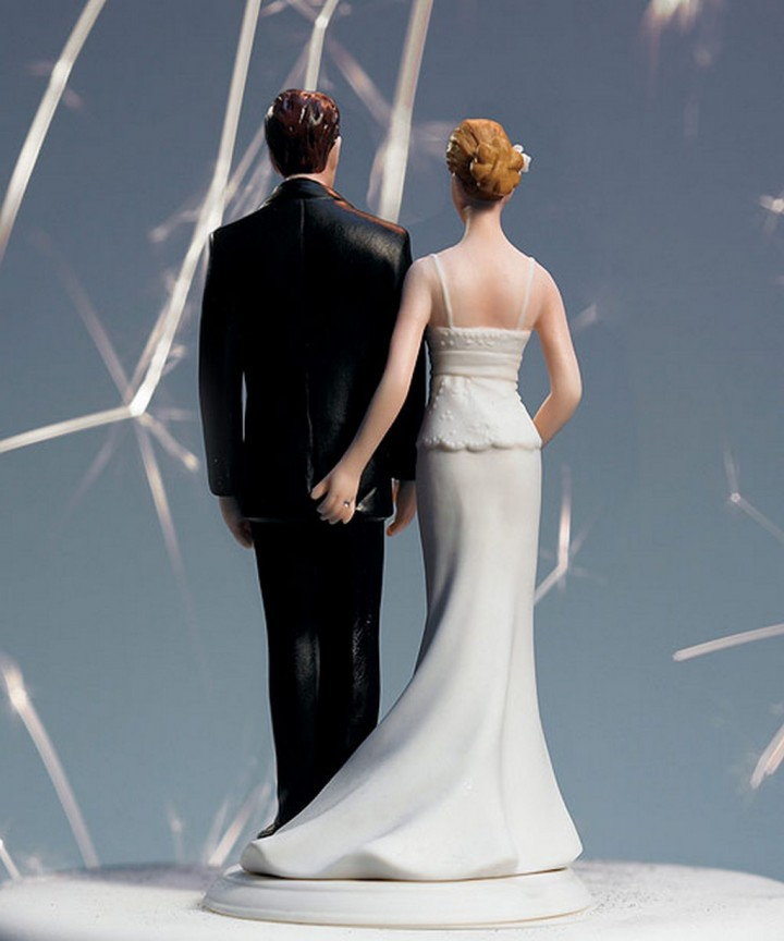 18 Funny Wedding Cake Toppers - A love pinch.