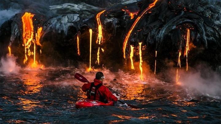 21 Awe-Inspiring Photos - Brave kayaker next to lava in Hawaii.