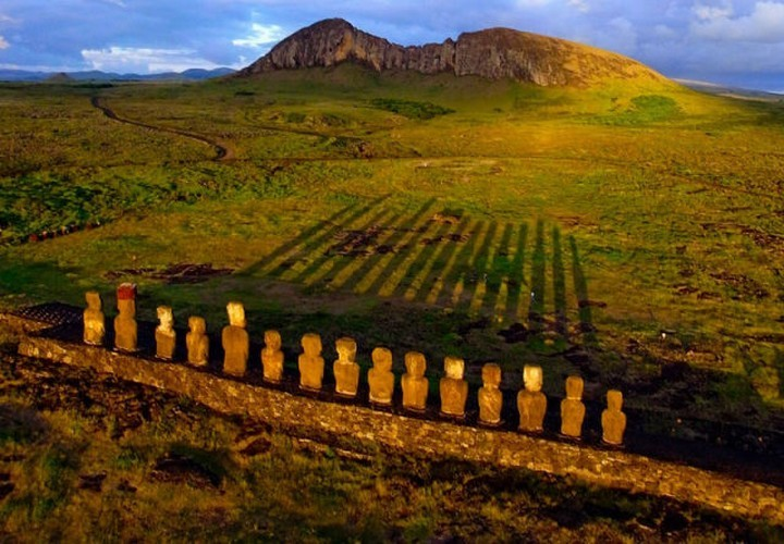 21 Awe-Inspiring Photos - Sunrise At Easter Island.