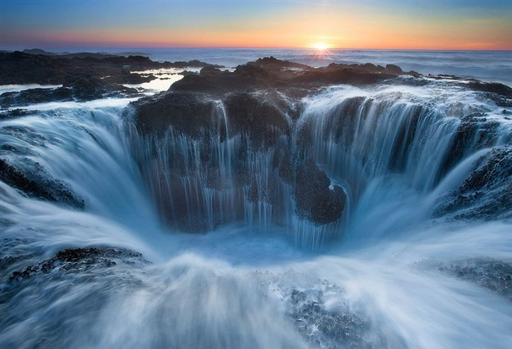 21 Awe-Inspiring Photos - The beautiful yet dangerous Thor's Well in Oregon.