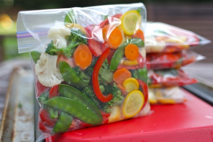 28 Food Storage Hacks - Make oven-ready vegetable packets.