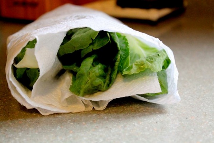 28 Food Storage Hacks - Wrap unwashed lettuce in paper towels.