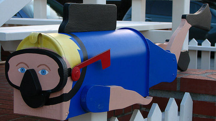 28 Unique Mailboxes That Are So Funny - Diving for mail.