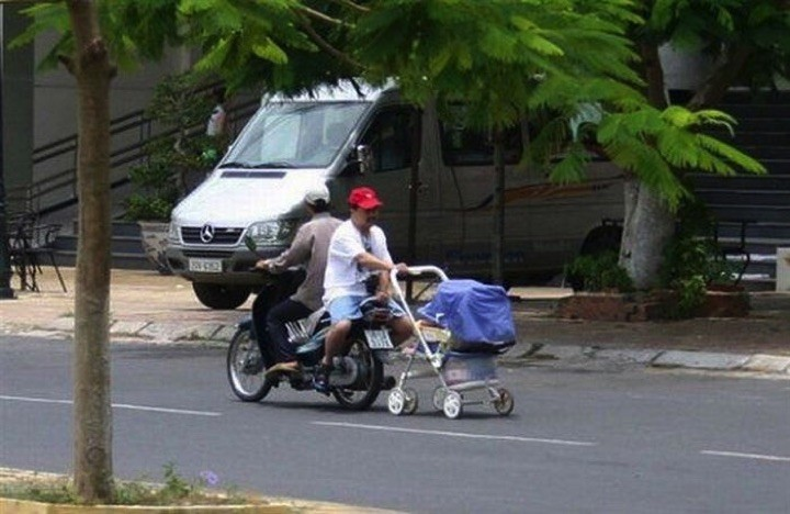 34 Parenting Fails - Taking the baby out for a stroll.