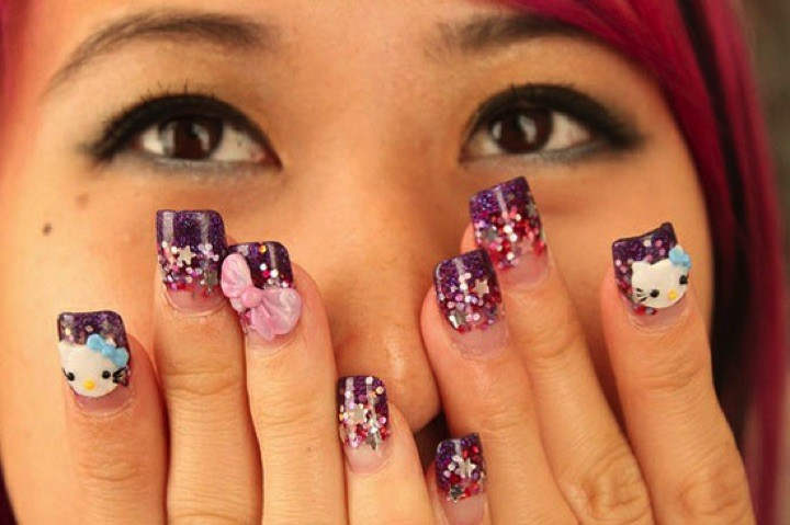 14 Hello Kitty Nails - Glittering Hello Kitty nails.