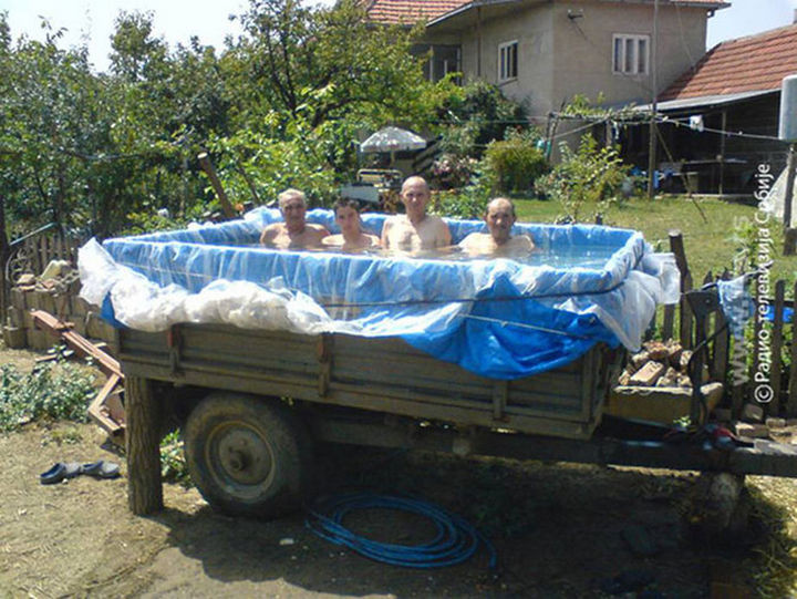 25 Funny DIY Pools - Hangin' out in the trailer.
