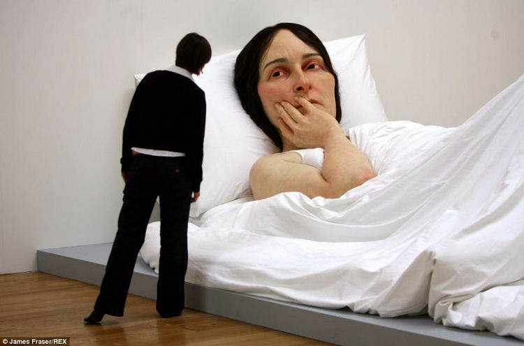Artist Ron Mueck Creates Hyper Realistic Sculptures of People 19
