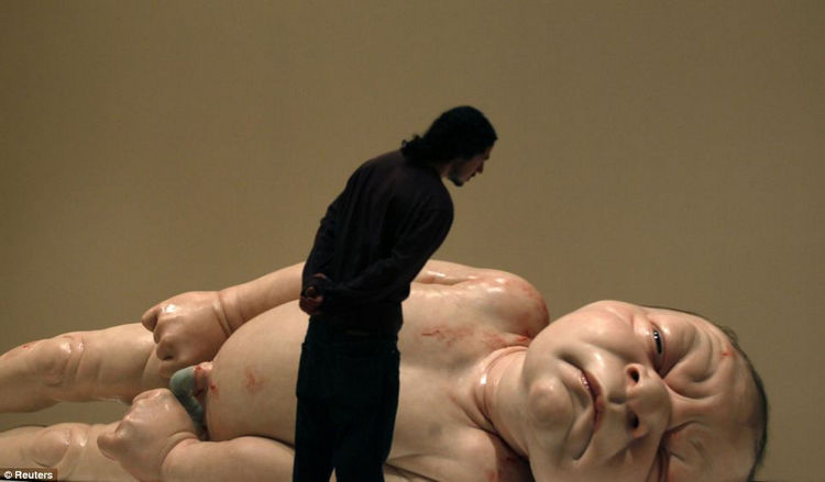Artist Ron Mueck Creates Hyper Realistic Sculptures of People 21