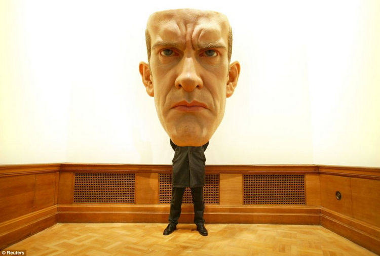 Artist Ron Mueck Creates Hyper Realistic Sculptures of People 22
