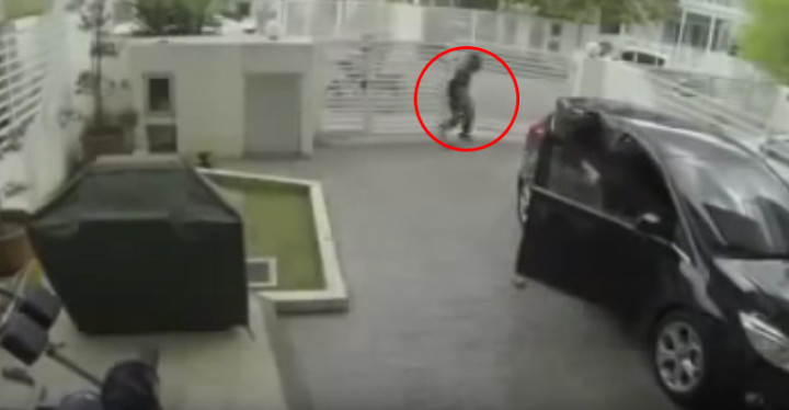 Two Robbers Try to Steal Handbag of MMA Fighter Girl.