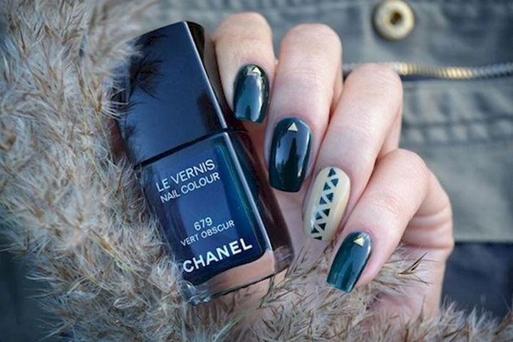 18 Beautiful Green Nails for Fall - A cool accent nail with a geometric pattern.