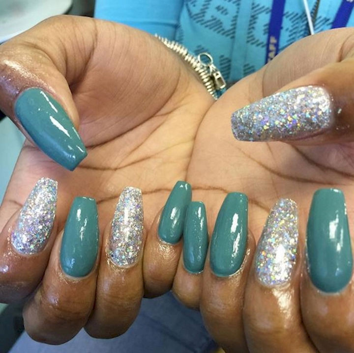 18 Beautiful Green Nails for Fall - Glossy autumn green with glitter accent nails.