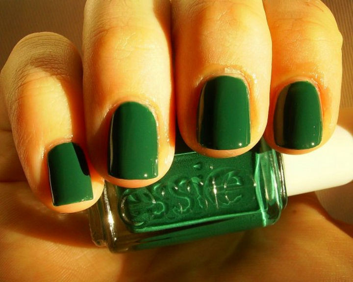 18 Beautiful Green Nails for Fall - Simple is beautiful. An emerald green manicure.
