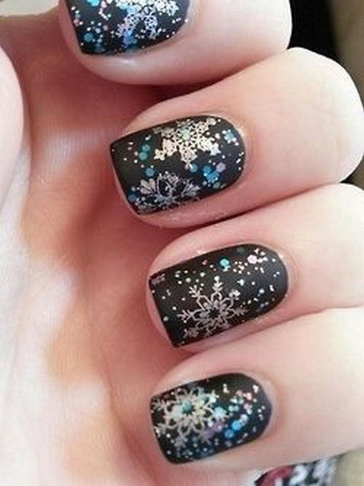 39 Winter Nails - This winter mani is Santa approved.