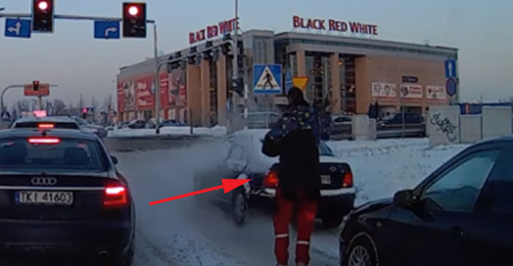Driver Stuck on Icy Road at a Red Light Gets Help from a Stranger.