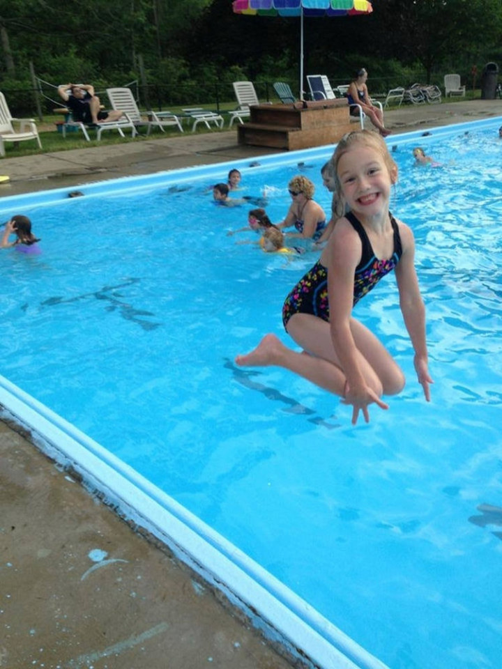 31 Hilariously Misleading Photos - That isn't a little girl floating on water.