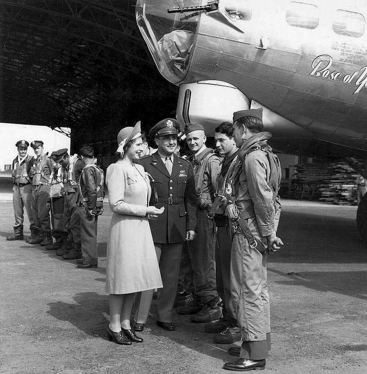 35 Rare Historical Photos - 1944: Princess Elizabeth visits an American air base in England during the second world war.