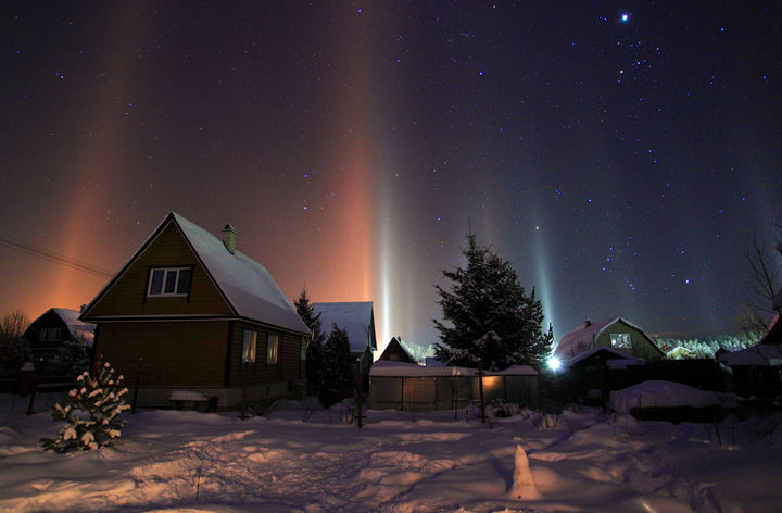 10 Amazing Nature Pictures - Light pillars illuminating the night sky over Moscow, Russia.