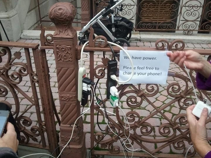 15 Incredible Photos Will Warm Your Heart - After the devastation ofSuperstorm Sandy, a caring neighbor offered his electricity to strangers so they could charge their phones and call their families.