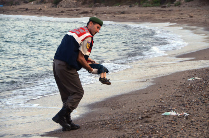 9 Heartbreaking Images - Heartbreaking image of a 3-year-old toddler who drowned on his way to Greece with his family during the Syrian refugee crisis.