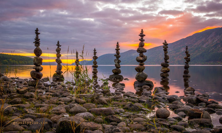 Marvel at the unbelievable art he creates with rock balancing - Photo 4.