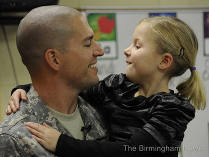 15 Emotional Photos of Soldiers Coming Home - A father and daughter so happy to be reunited.