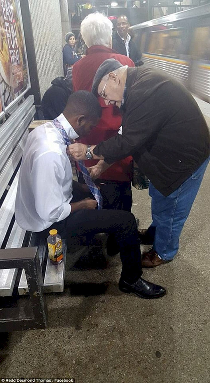 20 Photos Will Restore Your Faith In Humanity - This elderly man helping a well-dressed young man learn how to tie his necktie.