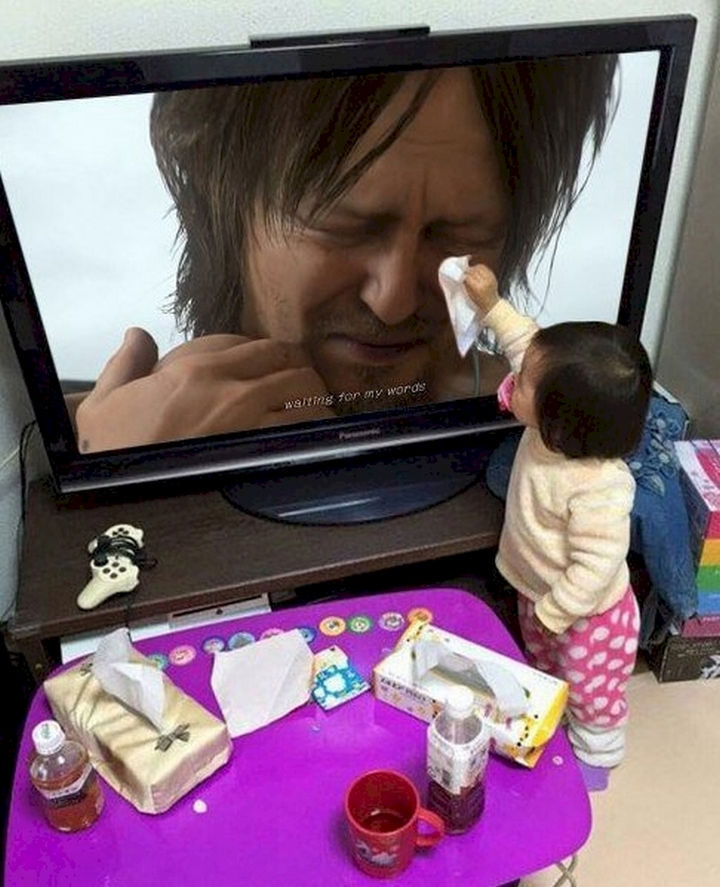 20 Photos Will Restore Your Faith In Humanity - This little girl wiping away the tears.