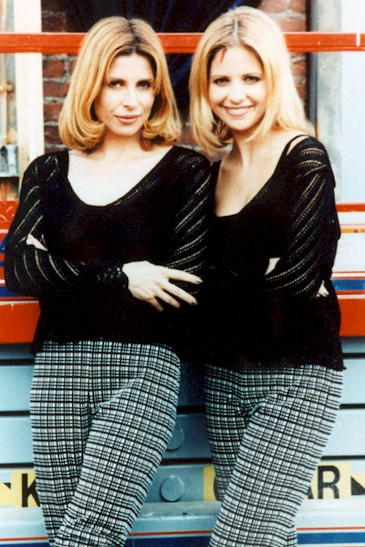 "23 Celebrities Hanging Out With Their Stunt Doubles - Sarah Michelle Gellar with her stunt double on the set of The WB's ""Buffy the Vampire Slayer."""