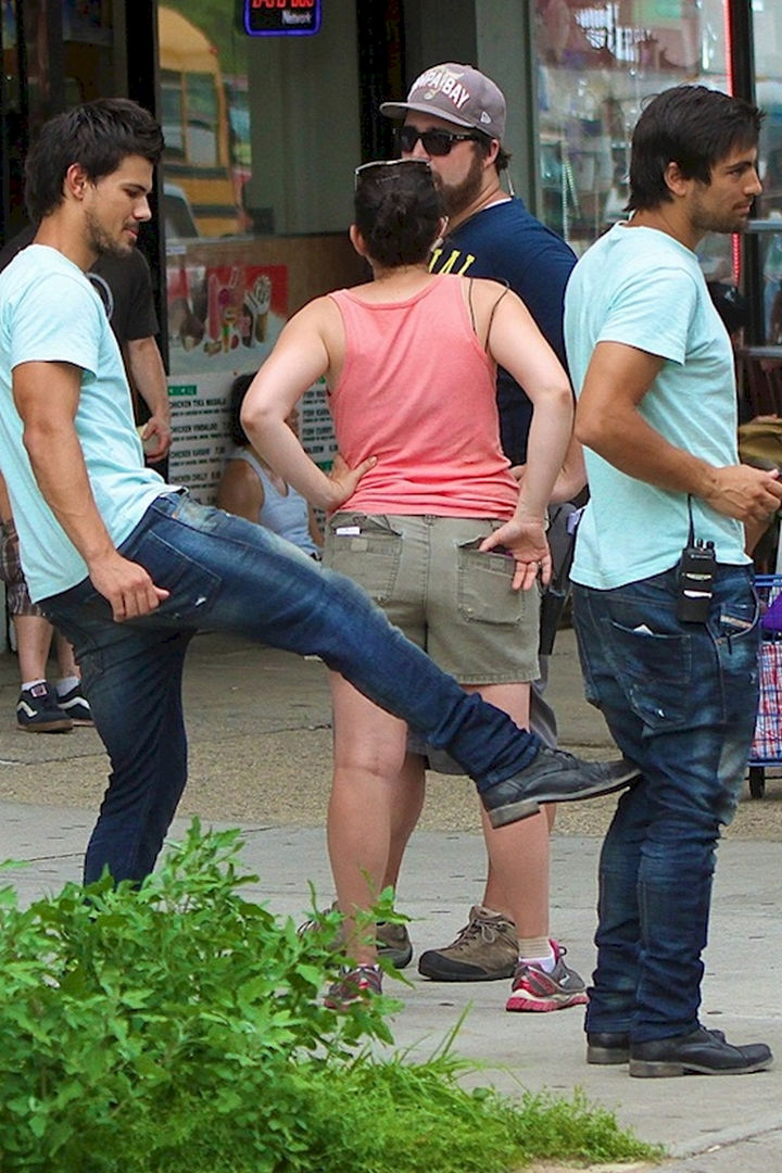 "23 Celebrities Hanging Out With Their Stunt Doubles - Taylor Lautner goofing around with his stunt double on the set of ""Tracers."""