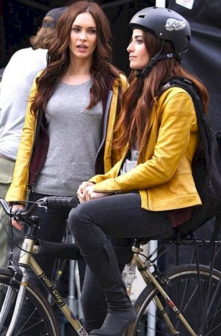 """23 Celebrities Hanging Out With Their Stunt Doubles - Megan Fox and her stunt double on the set of """"Teenage Mutant Ninja Turtles."""""""