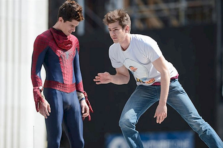 "23 Celebrities Hanging Out With Their Stunt Doubles - Andrew Garfield rehearsing a scene with his stunt double on the set of ""The Amazing Spider-Man 2."""
