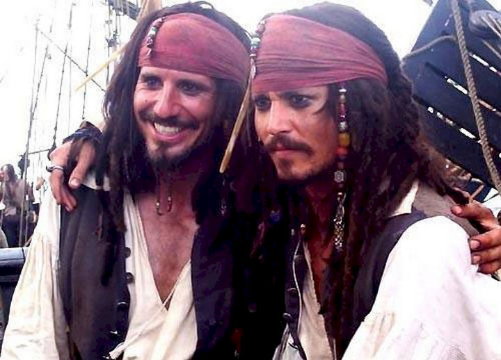 "23 Celebrities Hanging Out With Their Stunt Doubles - Johnny Depp with his stunt double on the set of ""Pirates of the Caribbean."""
