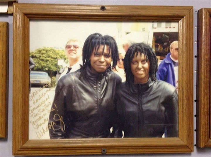 """23 Celebrities Hanging Out With Their Stunt Doubles - Whoopi Goldberg and her stunt double on the set of """"Burglar."""""""